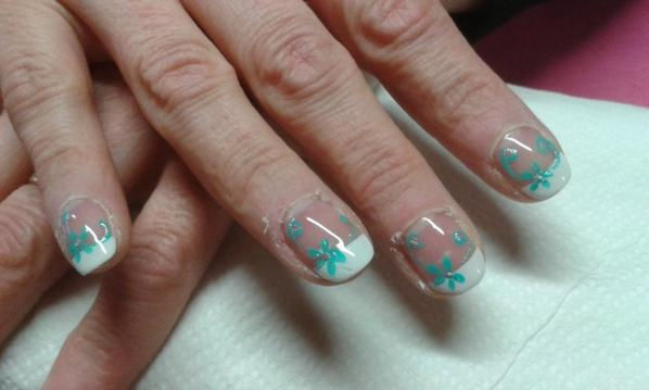 deco turquoise sur ongles naturels styliste ongulaire