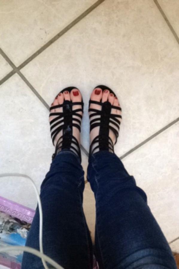 Chaussure ouverte avec de jolie orteils et sont vernis rouge