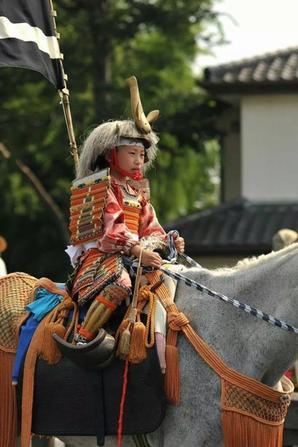 Un monde de petit samouraï en armure