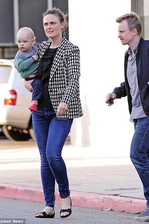 • •  Emily de sorti avec son mari et son fils Henry.  • •