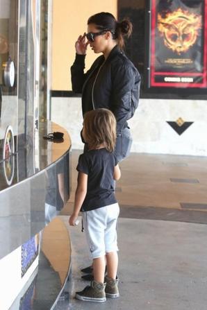 19.08 - Kim Kardashian au cin�ma avec son neveu