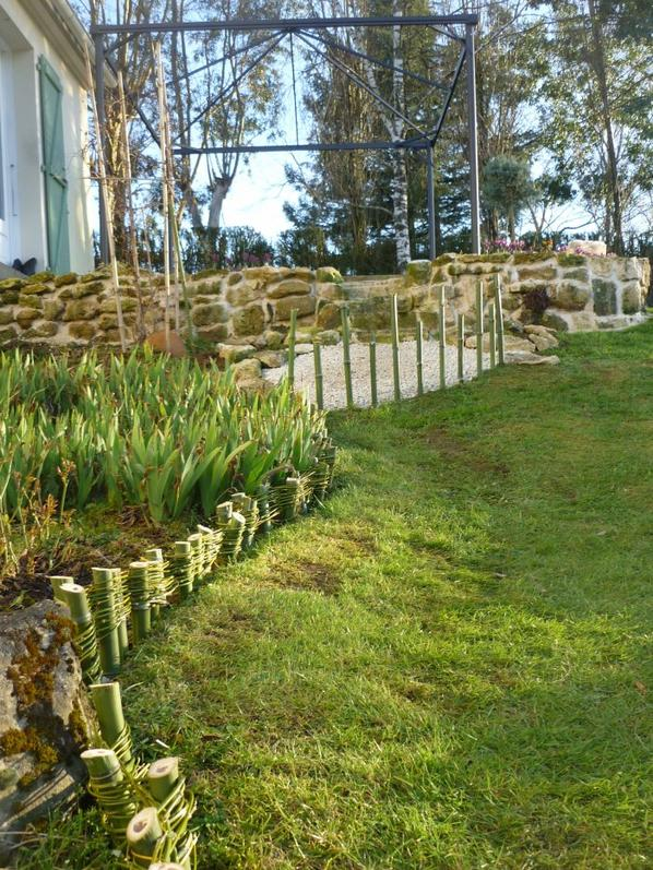 Faire une bordure de massif en bambou vite au jardin for Bordure de jardin en bambou