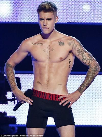 Justin Bieber en cale�on sur sc�ne !