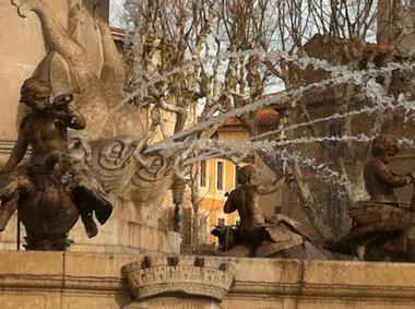 � quelques pas de la c�l�bre fontaine La Rotonde au coeur d'Aix en Provence