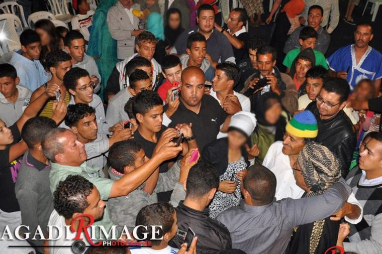 سفير الأغنية الامازيغية ورئيس مجموعة أودادن عبد الله الفوى وسط مجموعة من جماهيره و محبي