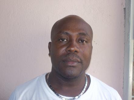 Jacmel – Politique: Le Journaliste Etzer Pierre, témoins oculaire,  affirme que le sénateur Edwin Zenny a craché au visage du Juge de paix Bob Simonis