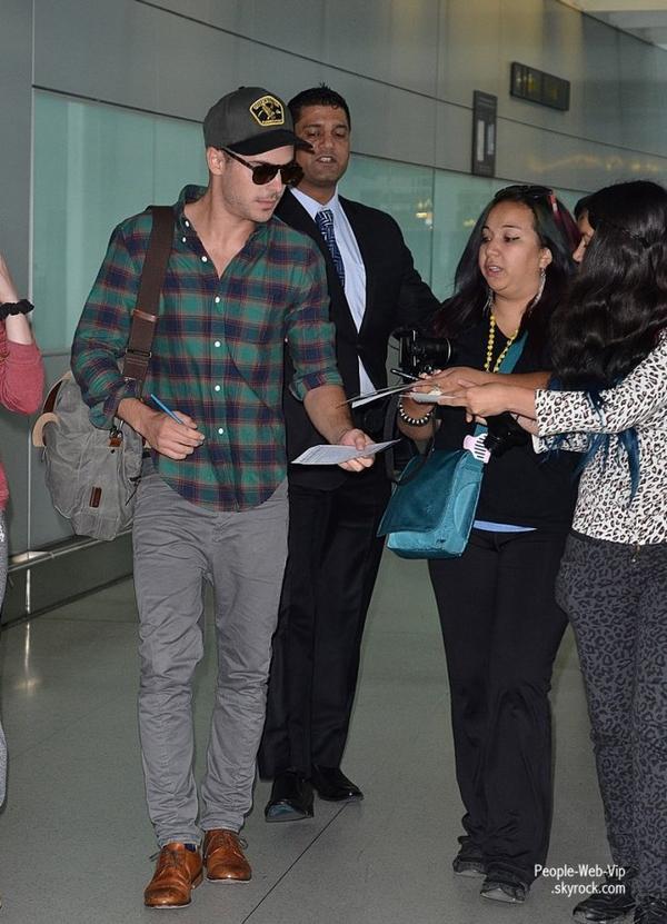 Zac Efron aperçu à l'aéroport de Toronto  (Septembre 15) à Toronto, au Canada.)