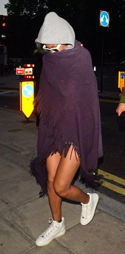 Le 18 Juillet :                Rihanna regagne son h�tel � Londres