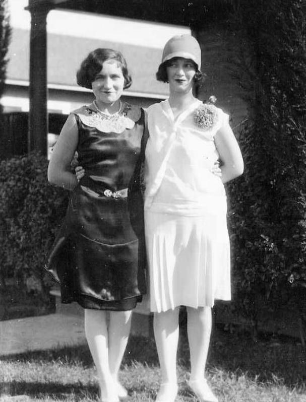 La mère de Marilyn, Gladys Pearl Monroe, née le 24 mai 1900 au Mexique de parents américains, travaille comme monteuse dans l'industrie cinématographique. Le 17 mai 1917, elle épouse John Newton « Jasper » Baker, dont Marilyn adoptera le patronyme en 1938. Le couple a deux enfants : Robert Kermit « Jack » (né le 10 novembre 1917) et Berniece Inez Gladys (née le 30 juillet 1919). Gladys connaît autant de liaisons sentimentales sans lendemain que de problèmes psychologiques et de santé. Le 20 juin 1921, elle demande le divorce pour « cruauté et cruauté mentale » mais est accusée en retour de « comportement indécent et de luxure ». Le divorce est prononcé le 11 mai 1923, Gladys obtenant la garde de ses enfants. Mais incapable de s'en occuper, elle est contrainte de les laisser à leur père, qui s'est installé dans le Kentucky et remarié. Robert meurt le 16 août 1933 à l'âge de 16 ans. Quant à Berniece, elle ne renouera avec sa mère qu'en 1939, alors que celle-ci est internée à l'hôpital Agnews State pour schizophrénie (c'est à cette occasion qu'elle apprendra l'existence de sa demi-s½ur, Norma Jeane).