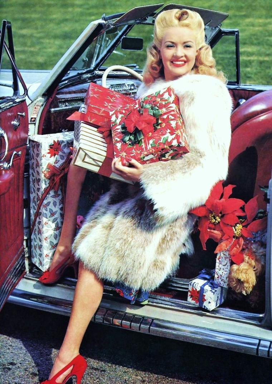 Elizabeth Ruth GRABLE, dite Betty GRABLE (St. Louis, Missouri, �tats-Unis, 18 d�cembre 1916 - Santa Monica, Californie, �tats-Unis, 2 juillet 1973) est une actrice, danseuse, chanteuse et pin-up am�ricaine, dont la sensationnelle photo en maillot de bain devint la plus populaire pour les soldats am�ricains de la seconde guerre mondiale. Elle est mieux connue pour ses fabuleuses jambes g�n�reusement expos�es dans ses com�dies musicales de la 20th Century Fox qui les avait assur�es pour un million de dollars chacune.