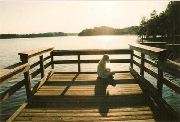 Je ressemble un personnage de bret cher une fille assise sur un banc avec une pancarte autour - Faire l amour sur un banc ...