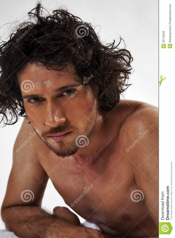 Verticales semi nues d'un homme musculaire bel