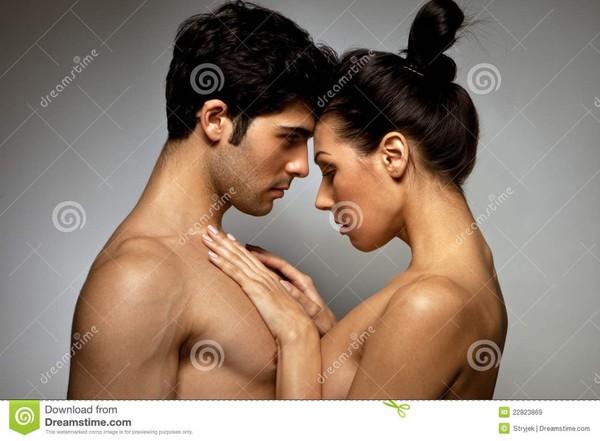 Jeunes amoureux de torse nu