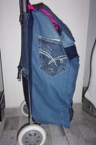 Ancien caddie de courses relooké avec du jean recyclé
