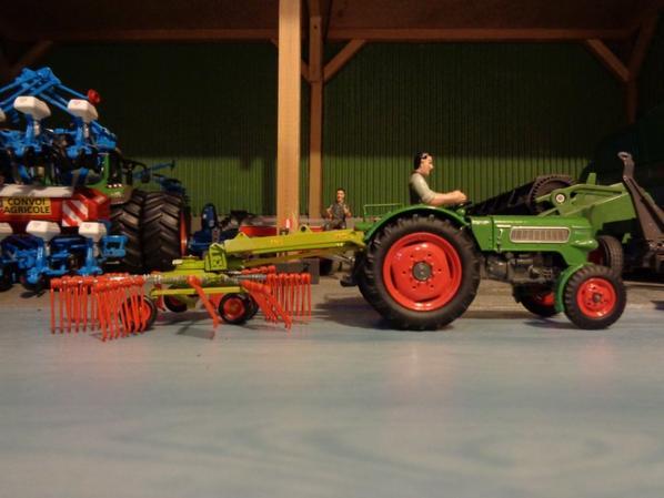 Fendt Farmer 2 avec l'andaineur Claas 1 toupie