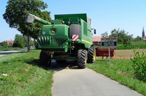 Moisson en Alsace avec une moissoneuse John-Deere S690I et un John-Deere 4040S avec une benne Gilibert 10T