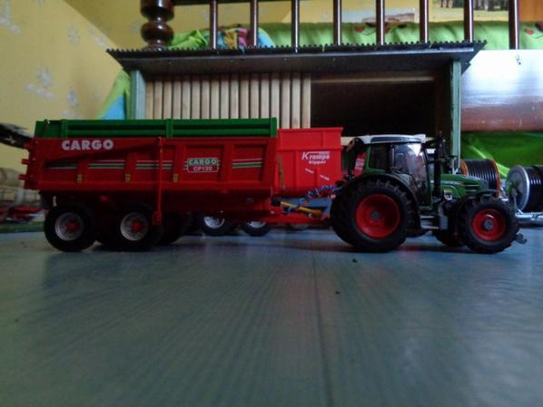 Moisson avec le Fendt 211 et la benne Cargo CP 120 12.5T