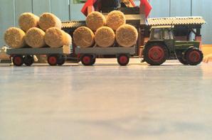 Rentrer la paille avec le FENDT FARMER 309lsa et 16 rouleaux sur les deux anciennes remorques