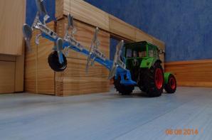 Labour des champs de blé moissonnés avec le Deutz D8006A et la charrue Lemken 4 corps