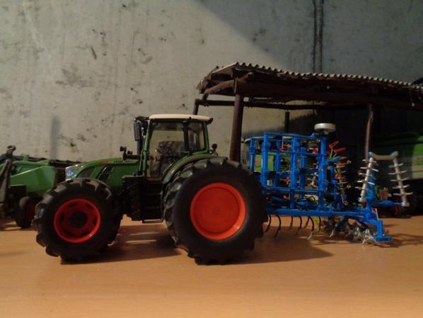Passage du cultivateur avec le Fendt 724 et le cultivateur Bonnel 4.80m