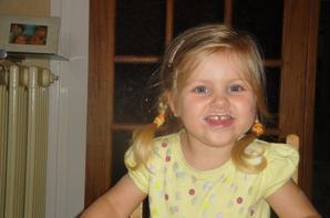 Juliette en vacances chez mamie et papi.