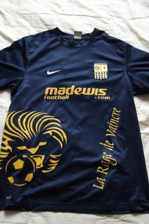 """Maillot d'entrainement avec logo """"AC ARLES"""" logo concu par le pere de mon ami m'ayant fait aimer le club (50 euros)."""