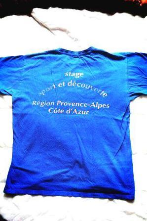 Tee shirt d'un stage et parapluie ACA fait par un ancien arlaten.