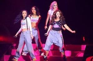 13/02: les filles continuant le DNA Tour à Hammersmith Apollo (part 1)