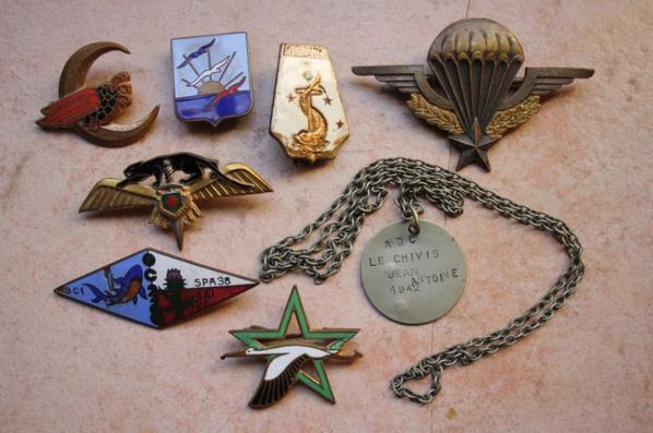Ensemble d'insignes et un brevet PARA Indo non attribué ainsi qu'une plaque d'identitée d'un pilote de la seconde guerre .