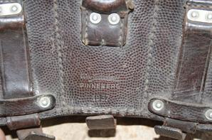 3 goussets de baïonnettes , 2 de ww2 et 1 de ww1 , 1 cartouchière LW de 1937 cuire fauve .