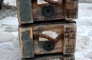 3 caisses US pour obus de 105 .