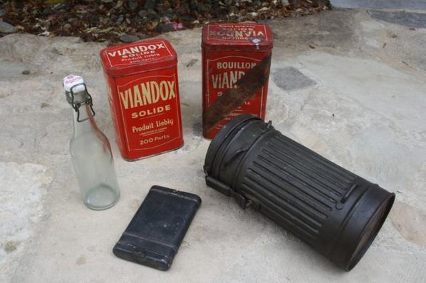 Une bouteille de 36 CARLSBERG , 2 boîtes VIANDOX , nécessaire de nettoyage MAUSER et boîte de masque à gaz Allemand de 37.