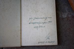 Mine à béton , cadre d'un soldat de la LW , boucle LW dénazifier , 2 journaux Allemand , 3 livres don un avec un bon marquage SS et un lot de médailles Française ( vide grenier avec les piquets CAM )