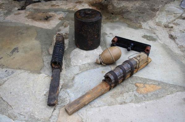 2 pétards raquette Française ww1, Grenade à oeuf Allemande ww2 , Mine bondissante Allemande avec  une des pièces du systheme  électrique Zünder 40.