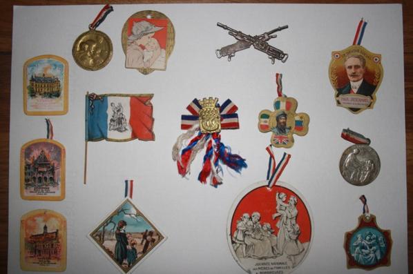 Insignes de journée + insigne métallique ( mitrailleuse hotchkiss )  Don de Yann MARCHAL.