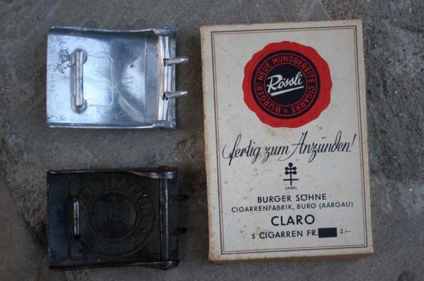 Boucle de ceinturon de la Hitlerjungend et boucle de ceinturon de la Wehrmacht dénazifier , boîte de cigare .