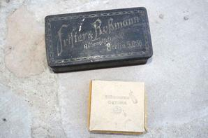 Boucle de ceinturon de la Kriegsmarine en fer peint , boite de chocolat et cigarette Allemande .