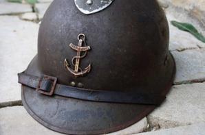 Casque Français des troupes de marine de 40 avec le nom gravé Mr Escande et baionnette Mauser 98K  Allemande aux même n°
