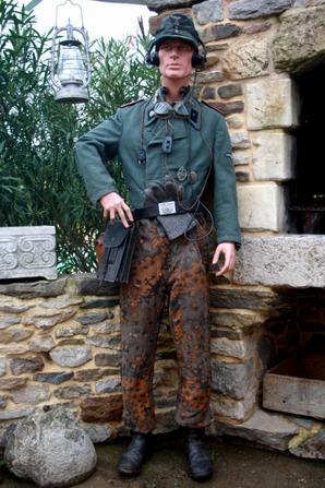 Voici un sergent de la 3e Panzerdivision SS Totenkopf , tenue d'un Sergent  Sturmgeschütz-Abteilung 3 !!!  ( le tout 100% original )