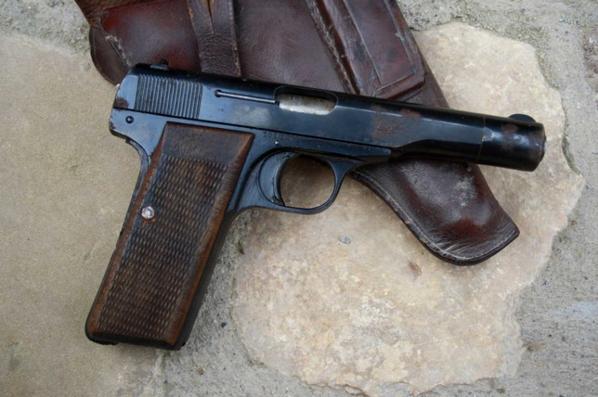Pistolet HERSTAL de fabrique Nationale d'armes de guerre de la BELGIQUE , cette arme a été réquisitionné par l'armée Allemande vu les Waffenham .  Retrouvé en faisant des travaux dans un mur ! ( Don de Mr MATHIS Camille )