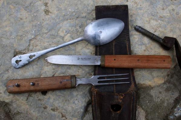 Couvert je pense d'officier Allemand WW1 , cuillère de grenade FR  et gousset de baïonnette Allemand ersatz .