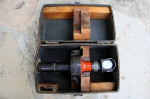 Hausse de pointage Allemande d'artillerie , pour canon de 77 ou de 88 ( il diffèrent surtout par les graduations ) , en usage pendant les deux guerres . C'est un appareil de haute précision , fabriqué par ZEISS , sur lequel on affiche distance dérive de hausse et angle de site dans lequel on vise le but par une lunette périscopique . On peut aussi viser en utilisant un repère latéral , l'appareil étant muni d'un goniomètre ou un jalon planté en avant de la pièce , dans le tir masqué ou d'après la carte . C'est donc un instrument très complet . le canon de 75 Français et d'ailleurs toutes les pièces modernes utilisant un appareil de visée analogue. Outil de précision , coûteux et fragile , il était transporté à part dans sa boîte .