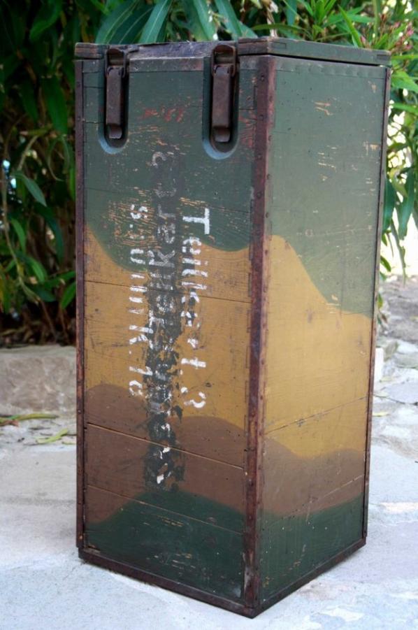 Caisse en bois pour 4 containers en carton de gargousses pour le canon de s.10 cm K.18. Fermeture par un ou deux crochets. Deux charnière en métal. Une poignée de transport en métal. Il s'agit là vraisemblablement d'une caisse de confection précoce.          Dimensions : 70 x 30 x 30