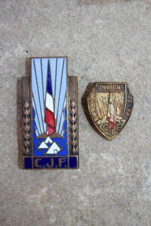 Insigne croix de lorraine avec il me semble Jeanne d'Arc et 2 insignes des camps de la jeunesse .