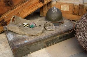 Récupération d'un lot : 4 caisses + 2 rouleaux de barbelé et 2 piquets Allemand WW2 , un casque de Zouave + un sac FR WW2 et 2 insignes Légion !