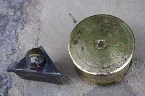 Vide grenier : grade de caporal chef époque Algérie , un encrier et une boîte à bijoux ( travail de poilu ) , boîte à vivre avec une gourde modèle 1892 ( pas courant ) et une boîte US ainsi qu'une caisse à munition .