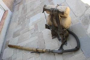Flammenwerfer 41 complet !!                                                                                                Le lance-flammes 41 est le successeur du lance-flammes 35, qui possédait deux récipients cylindriques et utilisé de l'hydrogène comme gaz propulseur. Elle est composée de châssis de support de colonnes montantes, le réservoir d'huile de 7,5 litre avec valve d'arrêt, 3 litres de cylindre de gaz d'azote avec valve d'arrêt, un tuyau d'huile de raccords rapides, lance avec valve d'arrêt automatique et un système d'allumage d'un atome d'hydrogène et un atome d'hydrogène rabat de 0,45 litre avec valve d'arrêt. Le lance-flammes 41 pesait environ 22 kg prêt et a tiré jusqu'à huit chocs individuels 20-30 m.