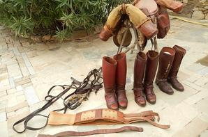 Selle Française de la 1er guerre complète avec différentes paires de bottes .