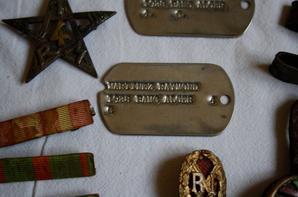 Médailles ( croix de guerre 14/18, médaille des évadés )+ insignes (4 Régiment de Tirailleur Marocain, 2 Régiment de Tirailleur Algérien et l'insigne de chef de section de tirailleur Algérien ou Zouave ) + grade et plaque d'identité US d'un Français WW2.( don )