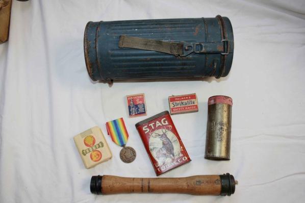 Boîte MAG LW, manche de grenade et boîte de pansement platre Allemand WW2, paquet de cigarette et médaille Française, boîte de cigarette+ 2 boîtes d'allumette US.